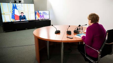 Bundeskanzlerin Angela Merkel (CDU) spricht im Bundeskanzleramt während einer gemeinsamen Videokonferenz mit Frankreichs Präsident Emmanuel Macron.