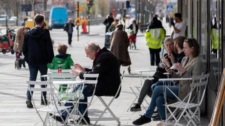 Stockholm im Frühjahr: Menschen sitzen in den Straßencafés, Masken sind kaum zu sehen. Doch die Bilanz ist zwiegespalten.