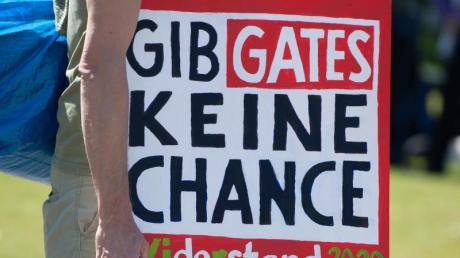 Nach Ansicht einiger Demonstranten gehört die Coronapandemie zu einem Plan vonMicrosoft-Gründer Bill Gates ...