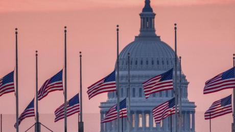 US-Flaggen wehen vor dem Kapitol in Washington auf halbmast.