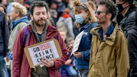 Woher kommt der Hass? Ein Teilnehmer einer Demonstration gegen die Beschränkungen im Kampf gegen die Coronakrise auf dem Hamburger Rathausmarkt.