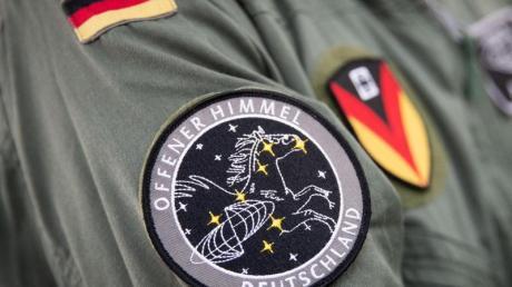 Das Abzeichen der Mission «Offener Himmel» am Arm eines Crew-Mitglieds des A319-Missionsflugzeugs der Bundeswehr.