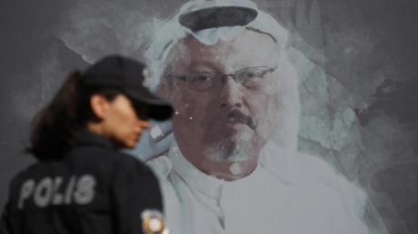 Eine Polizistin geht in der Nähe des saudischen Konsulats in Istanbul an einem Wandbild des ermordeten Journalisten Jamal Khashoggi vorbei.