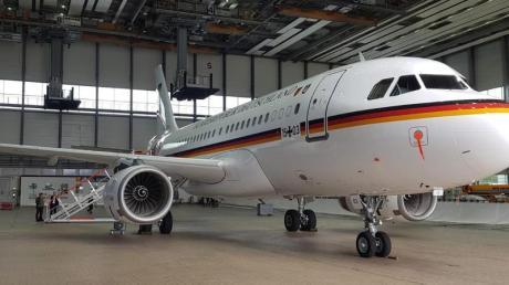 Ein umgerüsteter Airbus A319 steht in einem Hangar. Das Flugzeug soll künftig als Aufklärungsflugzeug der Bundeswehr unterwegs sein.