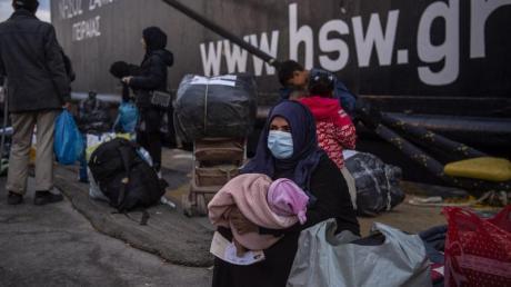 Migranten aus dem Lager Moria im Hafen von Piräus bei Athen.