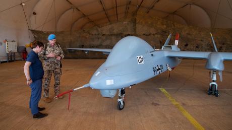 Bald auch mit Bewaffnung? Verteidigungsministerin Annegret Kramp-Karrenbauer lässt sich in Mali die Aufklärungsdrohne vom Typ Heron zeigen.