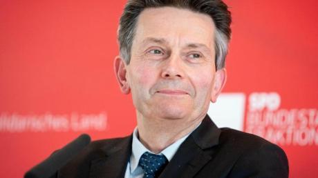 Rolf Mützenich spricht zu Beginn der SPD-Fraktionssitzung in Berlin.