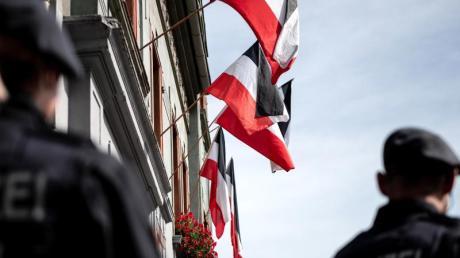 Reichsfahnen an den Fenstern von Rechstsextremisten bewohnter Häuser in Dortmund.