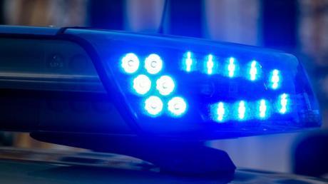 Ein 32-Jähriger fährt nach einer Party in einem Festzelt alkoholisiert mit dem Auto. Einige Passanten retten sich nur mit Sprung in eine Wiese.