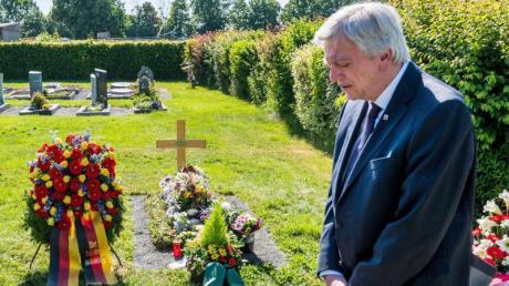 Anlässlich des ersten Todestages gedachte Hessens Ministerpräsident Bouffier des ermordeten Politikers Lübcke an dessen Grab.