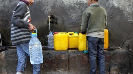 Zwei Jungen holen in Sanaa Wasser an einer Pumpe.