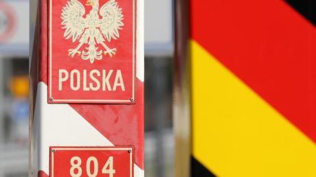 Grenzpfähle an einem ehemaligen Grenzübergang zwischen Deutschland und Polen.