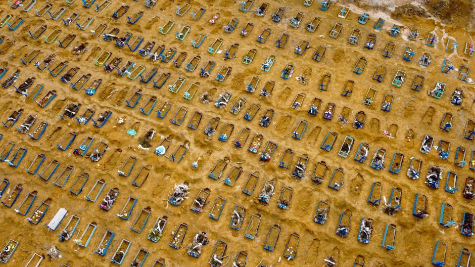 In der brasilianischen Stadt Manaus kommen die Arbeiter kaum hinterher, die Gräber für die Corona-Toten auszuheben.
