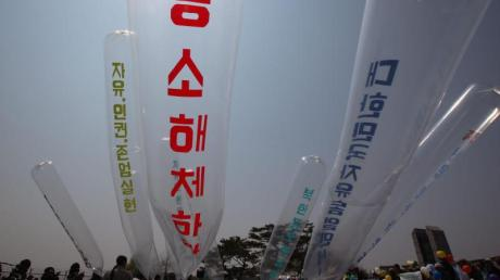 Nordkoreanische Überläufer und südkoreanische Aktivisten starten Ballons mit Flugblättern gegen die nordkoreanische Regierung in der Nähe der entmilitarisierten Zone.