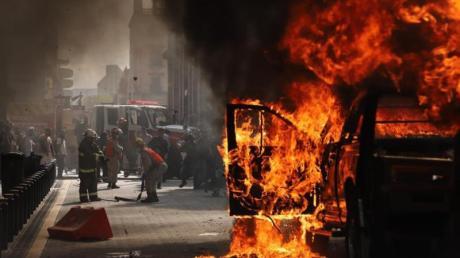 Ein Fahrzeug steht in Flammen. Auch in Mexiko hat es Proteste wegen des Todes eines Mannes nach dessen Festnahme durch die Polizei gegeben.