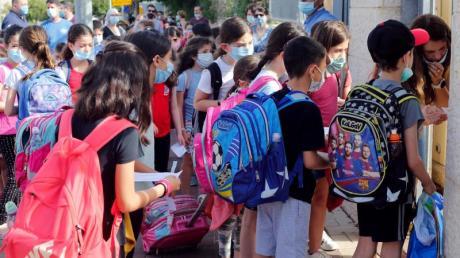 Schülerinnen und Schüler stehen Mitte Mai vor einer Schule in Modi'in.