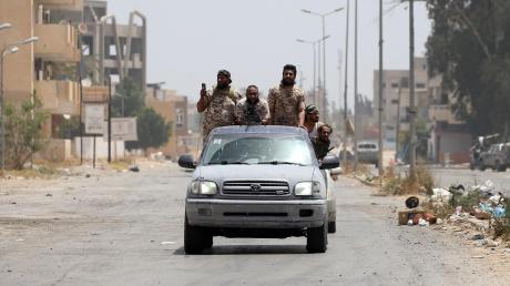 Kämpfer der von der Türkei unterstützten libyschen Einheitsregierung fahren durch die Hauptstadt Tripolis. Die Türkei und Russland versuchen, ihre Machtbereiche auszubauen.