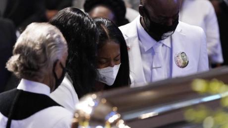 Familienmitglieder von George Floyd halten während der Trauerfeier am Sarg inne.