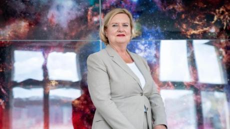 Die neue Wehrbeauftragte Eva Högl (SPD) will über die Wiedereinführung der Wehrpflicht diskutieren. Verteidigungsministerin Kramp-Karrenbauer lehnt eine Rückkehr jedoch ab.