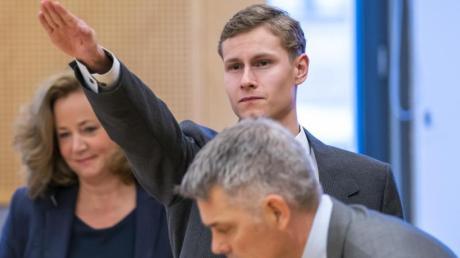 Der Angeklagte, der Anfang August 2019 in Norwegen seine Stiefschwester tötete und anschließend eine Moschee bei Oslo angriff, zwischen seinen Anwälten.