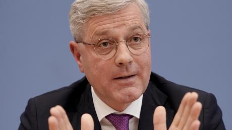 Norbert Röttgen will Vorsitzender der CDU werden. Ob er dabei auch gegen den bayerischen Ministerpräsidenten Markus Söder antreten muss, wird sich seiner Ansicht bis Ende des Jahres entscheiden.