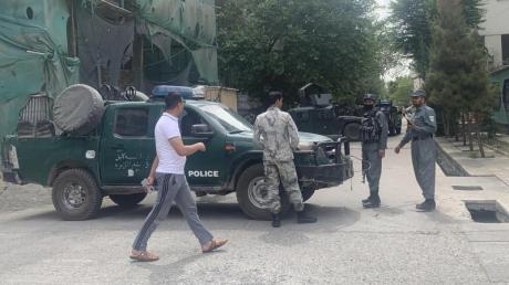 Polizisten sperren eine Straße in der Nähe des Anschlagsorts in Kabul ab.