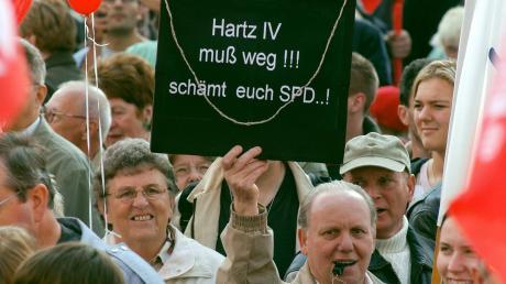 Zehntausende demonstrierten 2004 gegen die Hartz-Gesetze, darunter viele Mitglieder der IG Metall. Auch damals stand die SPD am Pranger.