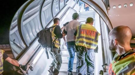 Das Archivfoto zeigt einen Abschiebeflug vom Flughafen Leipzig-Halle nach Afghanistan.