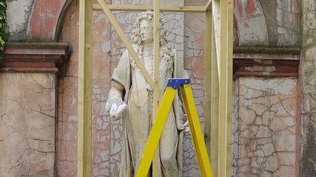 London: Die Statue von Robert Clayton, dem Präsidenten des St. Thomas-Krankenhauses im 17. Jahrhundert, ist vor ihrem Abtransport mit Holzbalken eingezäunt.