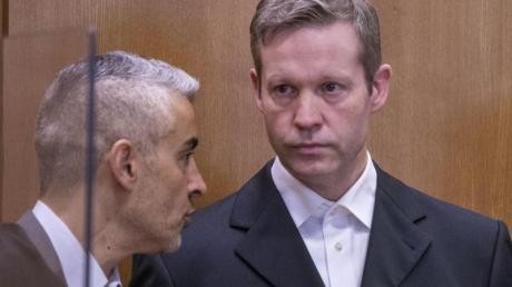 Stephan Ernst (r.), der des Mordes an dem Politiker Lübcke angeklagt ist, im Gespräch mit mit seinem Anwalt Mustafa Kaplan.