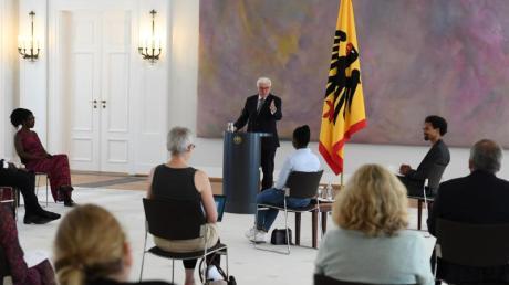 Bundespräsident Frank-Walter Steinmeier (M) bei der Diskussionsrunde im Schloss Bellevue.
