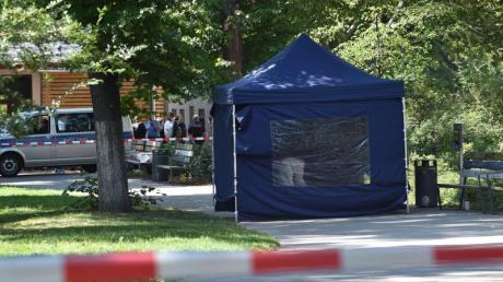 Beamte der Spurensicherung arbeiten am Tag der Tat am Tatort im Kleinen Tiergarten in einem Faltpavillon.