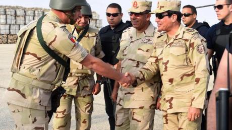 Ägyptens Präsident Al-Sisi imSommer 2015 bei einemBesuch vonSoldaten auf der Sinai-Halbinsel.