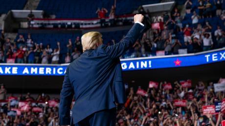 """Donald Trump sprach von """"fast einer Million"""" Eintrittskarten-Vorbestellungen für 20.000 Plätze, doch die oberen Ränge blieben bei seinem Wahlkampfauftakt in Tulsa leer."""