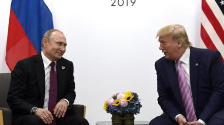 US-Präsident Donald Trump trifft Wladimir Putin, Präsident von Russland, 2019 während eines bilateralen Treffens am Rande des G-20-Gipfels in Osaka. Die USA und Russland beginnen mit den Gespräche zur atomaren Abrüstung.