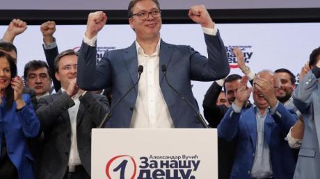 Präsident Aleksandar Vucic feiert im Hauptquartier der Serbischen Fortschrittspartei (SNS) den Sieg seiner Partei.