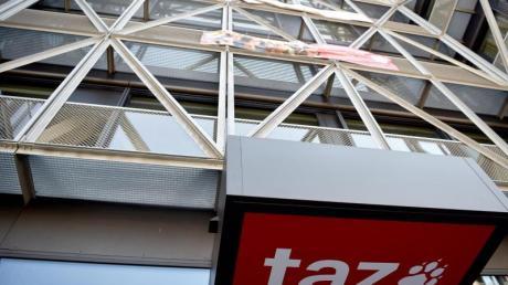 Das Logo der Tageszeitung «taz» ist am Eingang des Redaktionsgebäudes in Berlin-Mitte zu sehen.
