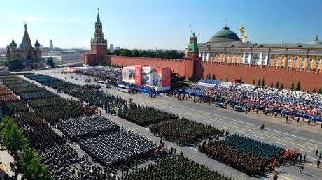 Trotz Corona-Gefahr: Es musste die größte Militärparade der russischen Geschichte sein, die Präsident Wladimir Putin am Mittwoch durch Moskau rollen ließ.