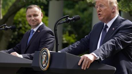 Donald Trump spricht neben Andrzej Duda während einer Pressekonferenz im Rosengarten des Weißen Hauses.