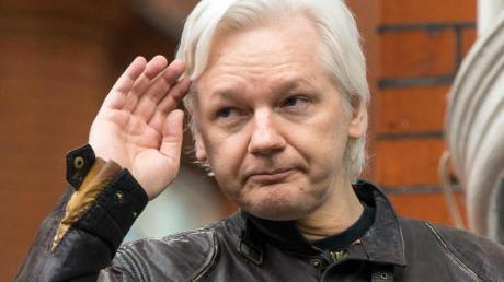 Julian Assange im Jahr 2017 im Exil auf dem Balkon der Botschaft von Ecuador in London.