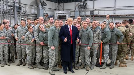 Donald Trump während eines Zwischenstopps auf dem Stützpunkt der US-Luftwaffe in Ramstein mit Militärangehörigen.