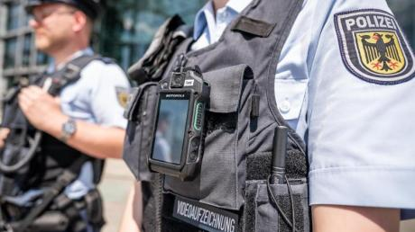 """Innenminister Seehofer lehnt eine Studie zu rassistischen Polizeikontrollen ab. Regierungssprecher Seibert betonte, schon jetzt würden entsprechende Methoden """"nicht praktiziert."""""""