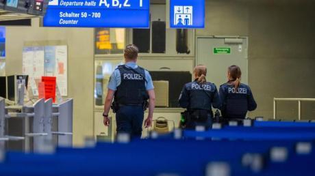 Polizisten amFrankfurter Flughafen.