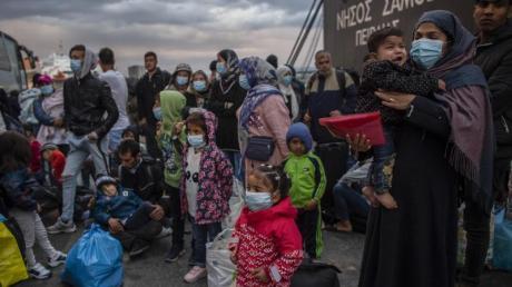 Flüchtlinge aus dem Lager Moria auf Lesbos gehen im Hafen von Piräus bei Athen an Land. Die Asylreform kommt seit Jahren kaum voran, weil die EU-Staaten vor allem bei der Verteilung von Schutzsuchenden völlig zerstritten sind.