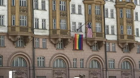 An der us-amerikanischen Botschaft in Moskau ist eine Regenbogenfahne gehisst worden.