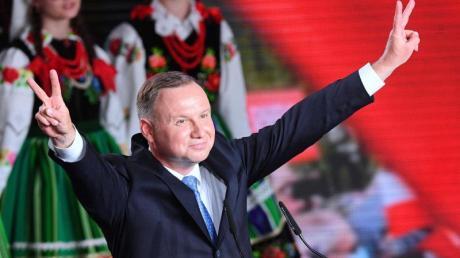 Andrzej Duda feiert sich trotz der anstehenden Stichwahl auf einer Wahlparty.