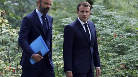 Frankreichs Präsident Emmanuel Macron (r) hat sich zu einer Volksabstimmung über Klimafragen bereit erklärt.