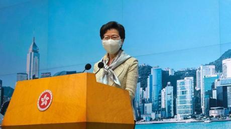 Regierungschefin Carrie Lam trat kurz nach den Medienberichten vor die Presse, zum Gesetz wollte sie sich aber nicht äußern.