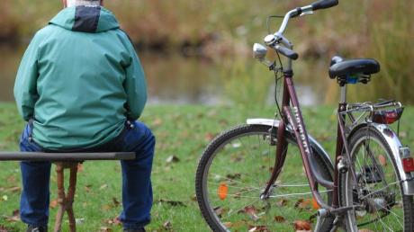 Nach jahrelangen Rentensteigerungen könnte die übliche Erhöhung der Altersbezüge im kommenden Jahr im Westen Deutschlands ausfallen.
