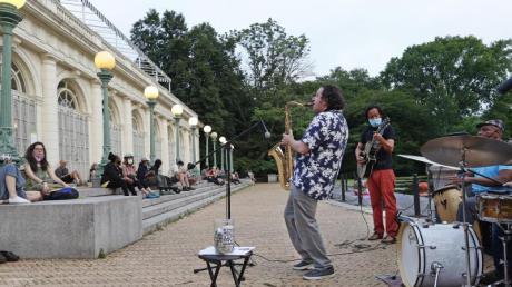Musiker spielen an den Stufen von Brooklyns Wahrzeichen, dem Bootshaus Prospect Park.